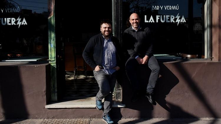 Martín Auzmendi y Julián Díaz, dos de los cuatro dueños de La Fuerza recibieron a Infobae en su bar