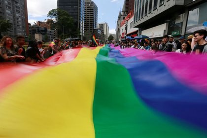 FOTO DE ARCHIVO. Gente asiste a una marcha del orgullo gay en Bogota, Colombia. 3 de julio de 2016. REUTERS/John Vizcaino