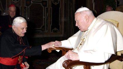 Benedicto XVI cuando todavía era solo Joseph Ratzinger, con a Juan Pablo II durante una reunión en El Vaticano. (AFP)