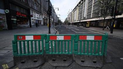 Una de las calles comerciales más importantes de Londres, Oxford Street, amanecía asi el pasado 20 de marzo, durante el confinamiento por la pandemia de coronavirus. EFE/EPA/ANDY RAIN/Archivo