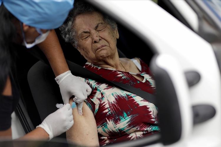 Una mujer recibe una vacuna contra la gripe (Reuters)