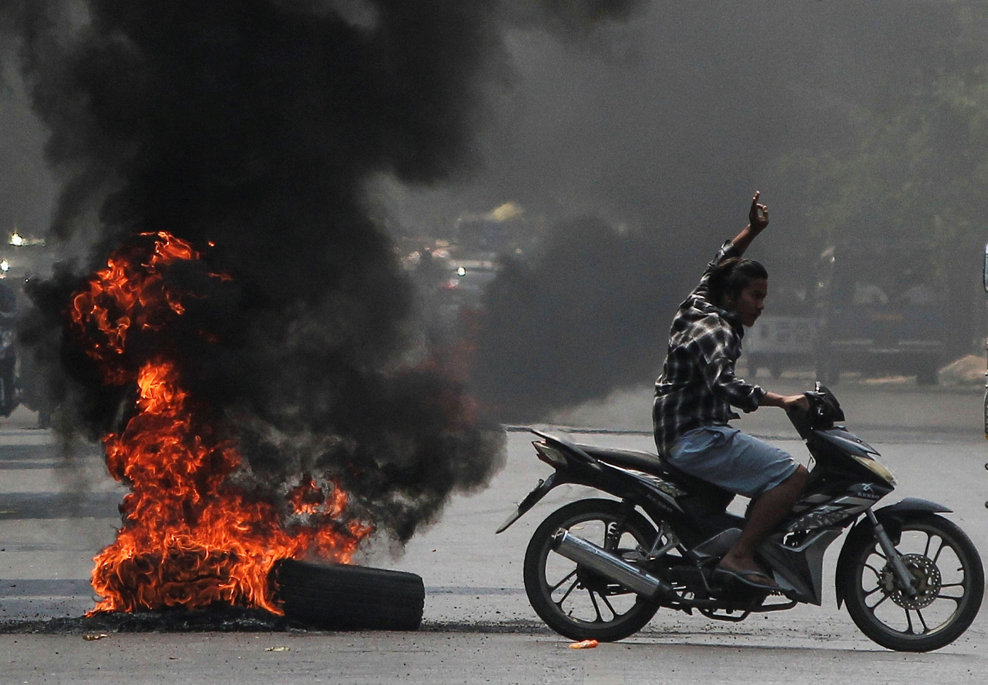 Quema de ruedas y la constitución de 2008, Mandalay, Myanmar April 1, 2021. REUTERS/Stringer