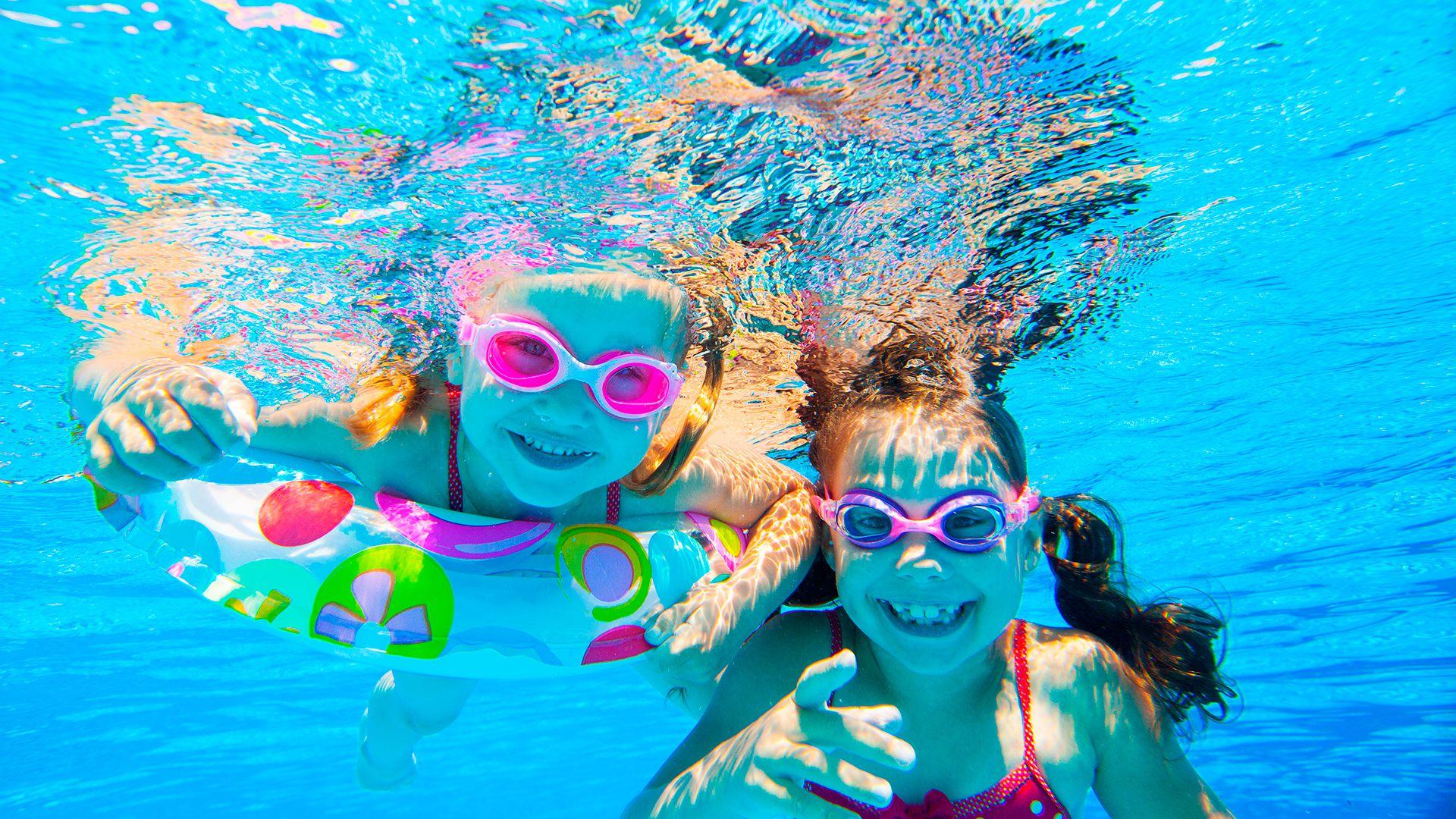 Todo contacto lúdico con el agua de lactantes y niños pequeños es muy positivo en varios aspectos (Shutterstock)