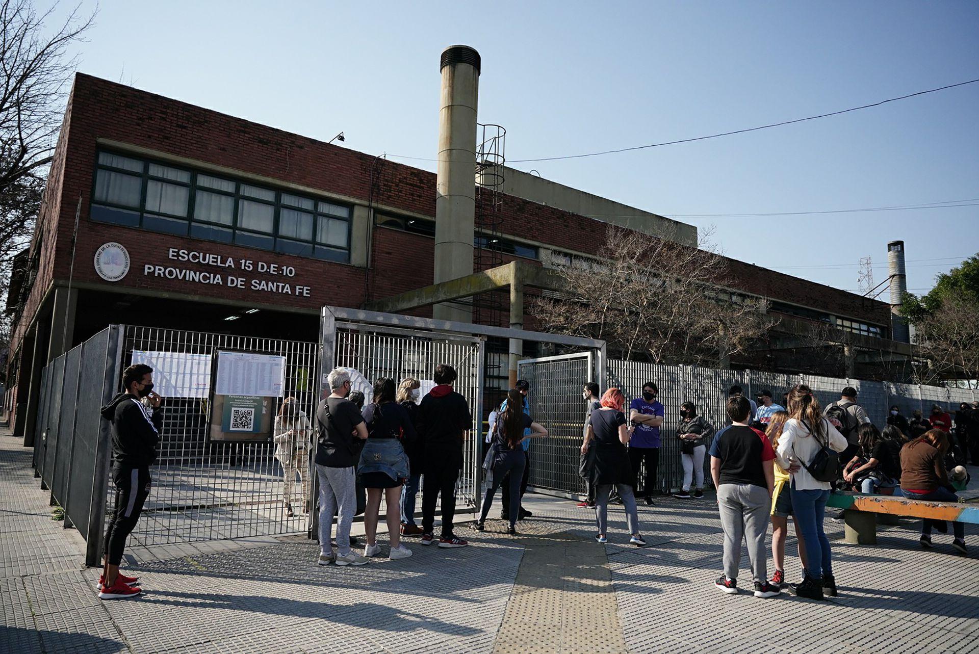 Protocolo COVID-19 - Votaciones PASO 2021 - Gente votando - Gente haciendo filas votación