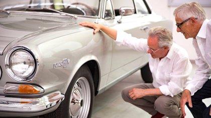 Horacio Pagani con su gran amigo y mentor, Oreste Berta. Ambos observan un Torino 380 (Pagani Automobili).
