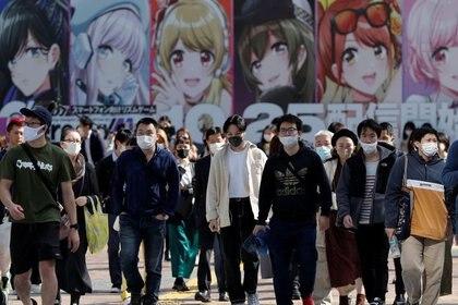FOTO DE ARCHIVO: Varias personas con mascarillas cruzan una calle en el distrito de Shibuya de Tokio, Japón, el 16 de octubre de 2020. REUTERS/Issei Kato