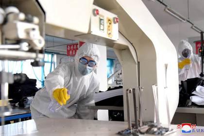 FOTO DE ARCHIVO: Imagen de KCNA de voluntarios realizando trabajos de desinfección durante una campaña antivirus en Pyongyang.  4 de marzo de 2020. KCNA via REUTERS/File Photo