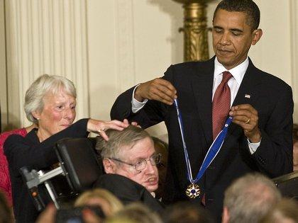Recibiendo la Medalla de la Libertad de las manos del entonces presidente Obama en 2009 (Rex/Shutterstock)