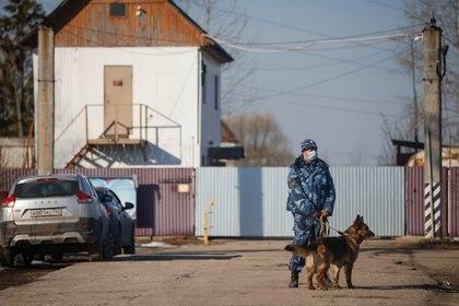 Un policía custodia el penal donde se encuentra Navalny en Pokrov, Rusia. REUTERS/Maxim Shemetov