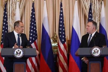 Mike Pompeo y Serguei Lavrov brindaron una conferencia de prensa en Washington (REUTERS/Jonathan Ernst)