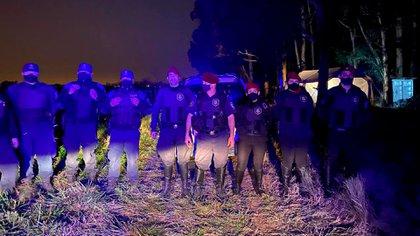 Los policías de la bonaerense que custodian el campo del concejal del Pro en Guernica