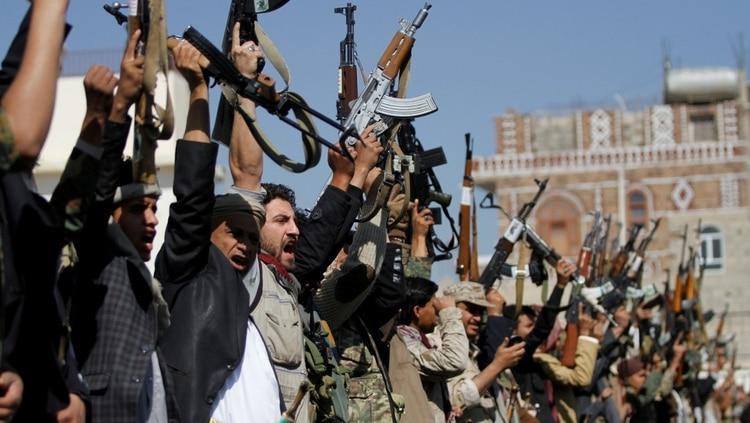 Leales al movimiento hutí sostienen sus armas en Sanaa, Yemen, el 21 de diciembre de 2017 (REUTERS/Mohamed al-Sayaghi)