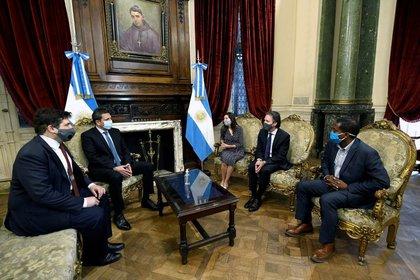 El presidente de la Cámara de Diputados de Argentina, Sergio Massa, (2do a la izquierda) habla con los miembros de la misión del FMI en Argentina Julie Kozack, Luis Cubeddu, Trevor Alleyne y el representante argentino ante el FMI, Sergio Chodos, en el Congreso Nacional,