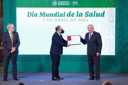 """Dr. Juan Gabriel Navarrete Vázquez recibe el premio """"Martín de la Cruz"""" (Foto: Presidencia de México)"""