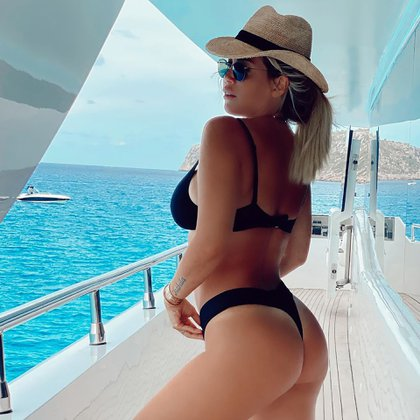 La mediática posó en bikini en un costoso yate durante una escapada en Ibiza. La foto se la sacó uno de sus hijos (IG: @wanda_icardi)