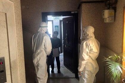 ´Médicos que integran el equipo de rastreo de contacto del Ministerio de Salud de Turquía visitan un hogar para verificar el estado de salud de una persona el 27 de abril de 2020 (REUTERS/Tuvan Gumrukcu)