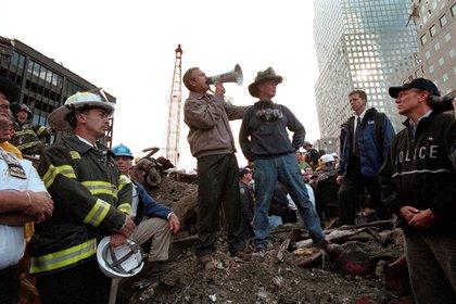 El presidente George W. Bush, con el bombero retirado Bob Beckwith de la ciudad de Nueva York, visita a los rescatistas en el lugar del World Trade Center después de los ataques del 11 de septiembre de 2001 (Shutterstock)
