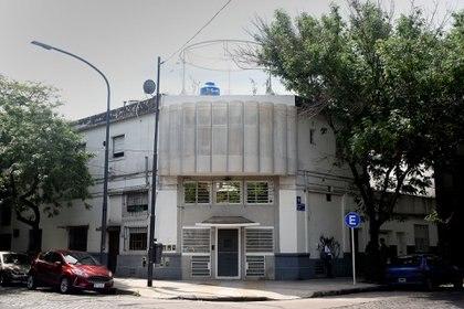 EL CAMARÍN. Este pequeño apartamento, producto residual de la fragmentación de una propiedad construida en la década del 50 en el barrio de Chacarita, configura una ochava en primer piso con visuales tan abiertas hacia el exterior como expuestas a la mirada curiosa desde la calle.