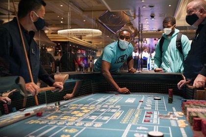 "The D cortó una cinta re-inaugural que decía ""4 de junio de 2020 - Reapertura de Las Vegas"". (AP Photo/John Locher)"