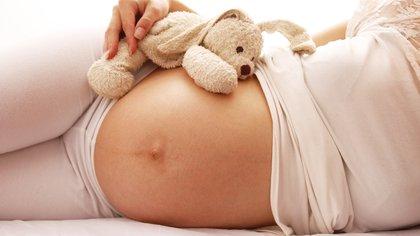 Si la futura mamá realiza ejercicio en el tercer trimestre, el bebé por nacer, tienen una menor adiposidad al nacer (Shutterstock.com)