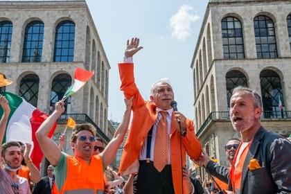 """Antonio Pappalardo, fundador de los """"chalecos naranja"""", durante una manifestación en Milán el sábado 30 de mayo (ANSA / AFP)"""