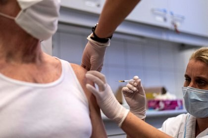 En base a la observación de una señal de eficacia después de la dosis inicial y antes de la dosis de refuerzo de la vacuna se ha propuesto (y adoptado como política en el Reino Unido, entre otros países) que la segunda dosis de refuerzo se suspenda durante varios meses (REUTERS)