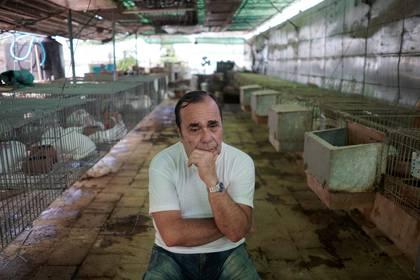 El criador de conejos Nelson Aguilar apela al trueque por insumos básicos en tiempos de coronavirus (REUTERS/Alexandre Meneghini)