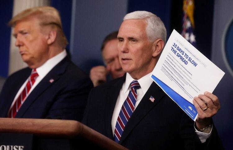 El vicepresidente de los Estados Unidos, Mike Pence. Detrás, el presidente Donald Trump. Foto: REUTERS/Jonathan Ernst