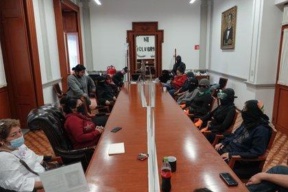Colectiva feminista ni una menos y familiares de víctimas de desaparición forzada mantuvieron juntas la toma de las instalaciones de la CNDH hasta este día (Foto: Andrea Murcia/Cuartoscuro)