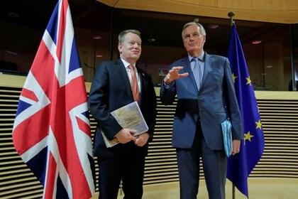 FOTO DE ARCHIVO. El negociador del Brexit de la UE, Michel Barnier (derecha), y su homólogo británico David Frost antes de una ronda de negociaciones en Bruselas, Bélgica. 2 de marzo de 2020. Oliver Hoslet/Pool vía REUTERS