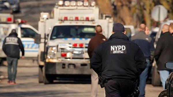 Personal médico y policías en la escena del crimen