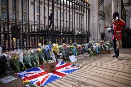 Un hombre lleva flores al Palacio de Buckingham después de que el príncipe Felipe de Gran Bretaña, esposo de la reina Isabel, muriera a la edad de 99 años, en Londres, Gran Bretaña, el 9 de abril de 2021. REUTERS / Henry Nicholls