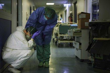 Una enfermera intentado consolar a una compañera en el hospital de Cremona, en el norte de Italia. (AFP/Paolo Miranda)