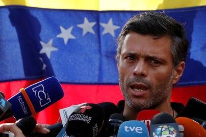 El líder de la oposición venezolana Leopoldo López habla con los medios de comunicación en la residencia del embajador de España en Caracas, Venezuela