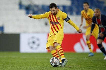 El momento en el que Messi remata su penal, que luego atajaría Keylor Navas (REUTERS/Gonzalo Fuentes)