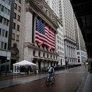 Imagen de archivo de un hombre conduciendo una bicileta frente a la Bolsa de Valores de Nueva York (NYSE), en medio del brote de la enfermedad causada por el coronavirus, COVID-19, en Nueva York, EEUU, Marzo 23, 2020. REUTERS/Mike Segar