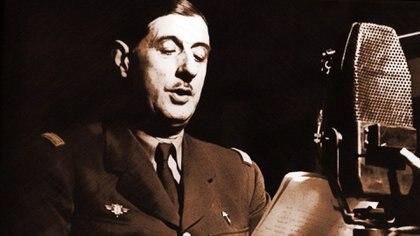 Charles de Gaulle frente al micrófono de la BBC en Londres, en 1940
