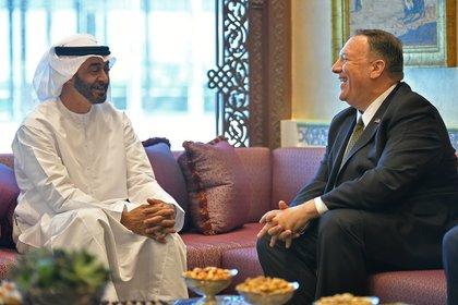 El Secretario de Estado de EE.UU. Mike Pompeo participa en una reunión con el Príncipe Heredero de Abu Dhabi Mohammed bin Zayed al-Nahyan en Abu Dhabi, Emiratos Árabes Unidos, el 19 de septiembre de 2019 (Mandel Ngan/Pool vía REUTERS/Archivo Foto)