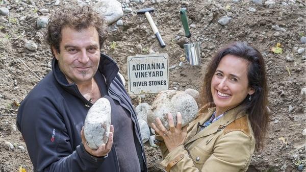 Laura Catena junto al enólogo Alejandro Vigil, en el famoso viñedo Adrianna