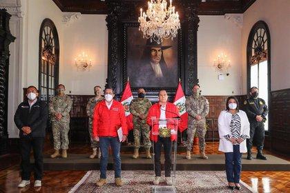 El primer ministro Walter Martos (c), acompañado de la cúpula militar, mientras emite un pronunciamiento tras una sesión del Consejo de Ministros en la que se rechazó los contactos de Merino con las fuerzas armadas