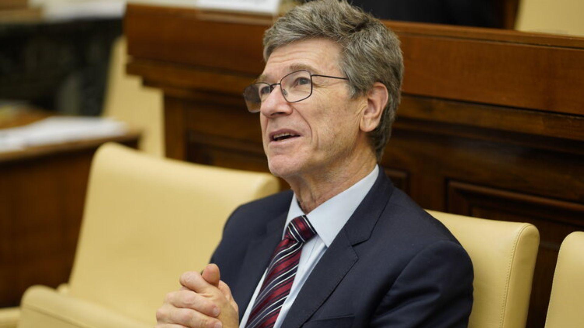 El economista Jeffrey Sachs criticó a AMLO por invertir más en Pemex que en energías renovables. (Foto: jeffsachs.org)