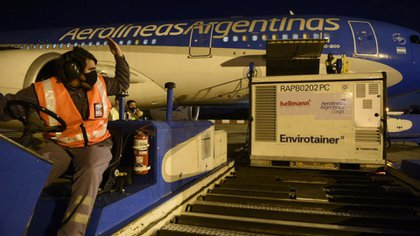 Llegada del vuelo de Aerolíneas el 25 de abril proveniente de China con vacunas Sinopharm (Presidencia de la Nación/cf/Telam).