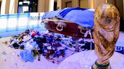 Las ofrendas en el féretro de Maradona (Presidencia)
