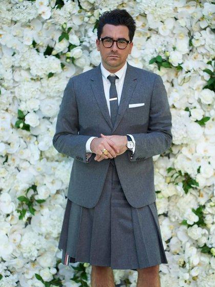 Dan Levy fue uno de los más extravagantes. Se animó a lucir un traje con falda tableada acompañado de su saco gris, corbata a tono y camisa gris. Completó el look con pochette blanco y anteojos negros  (Foto: @ana_sorys)