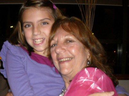 Con Catalina, su nieta, cuando tenía 12 años. Ella preguntó por qué la abuela dormía con una mujer.
