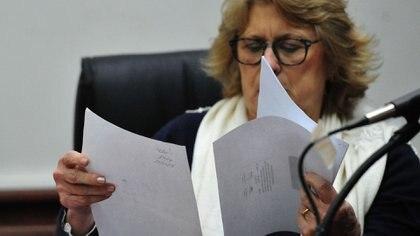 La jueza Alicia Vivian mira los dibujos hechos por Nahir Galarza en el estudio psicológico de parte de la defensa
