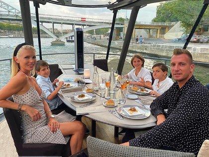 Maxi López y su novia celebraron su sexto aniversario comiendo con Valentino, Constantino y Benedicto en un exclusivo restaurante sobre el río Sena en París