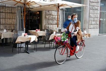 Un restaurante de Roma sin gente. En Italia y España anunciaron restricciones por la segunda ola de coronavirus (Reuters)