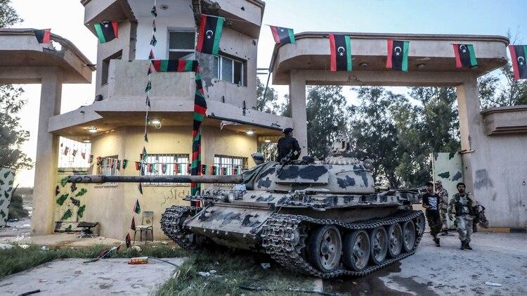 Un tanque de las tropas de Jalifa Haftar en los alrededores de Trípoli (AFP)