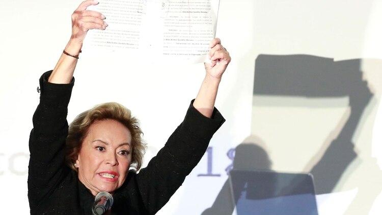 Elba Esther Gordillo al mostrar la resolución judicial que la exoneró de las acusaciones en su contra. (Foto: AP).